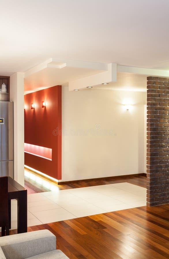 Rymlig lägenhet - korridor arkivbild