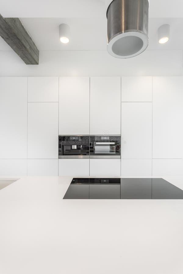 Rymligt kök med den planlagda huven fotografering för bildbyråer