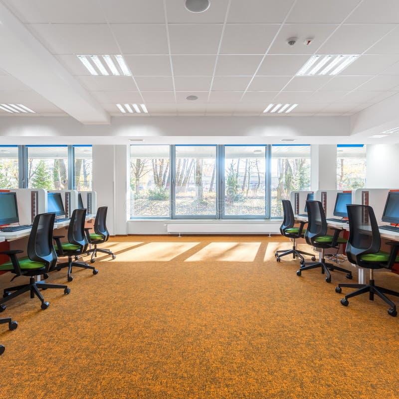 Rymligt IT-klassrum med fönstret arkivfoton
