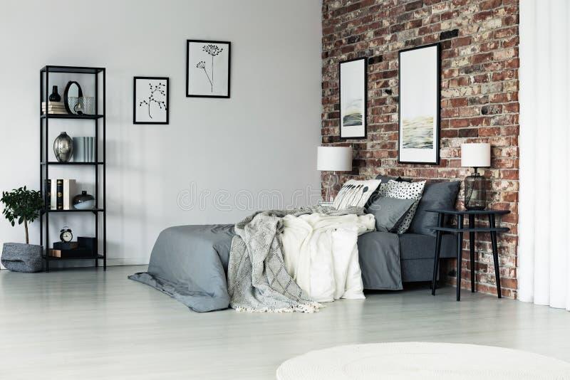 Rymligt sovrum för tegelstenvägg arkivfoto