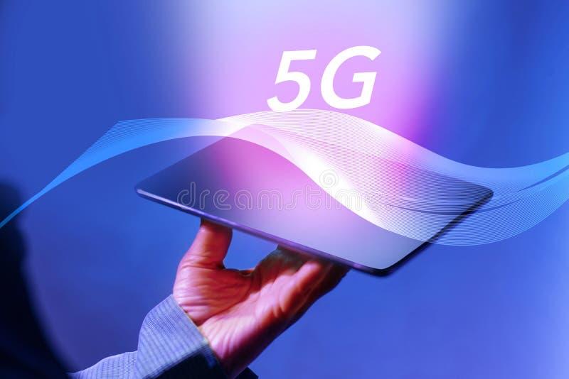 Rymma den Digital minnestavlan på det snabba nätverket 5g med mobil internet Begrepp för affärs- och ny generationnätverksteknolo royaltyfri foto