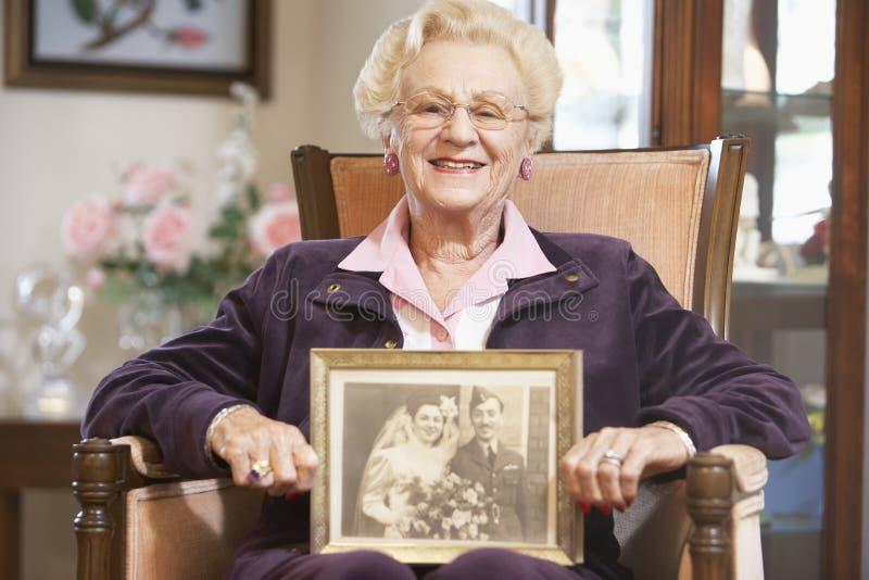 rymma den höga bröllopkvinnan för gammalt foto arkivbild