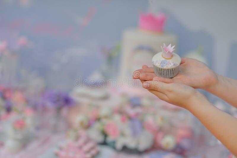 Rymma en muffin royaltyfri fotografi