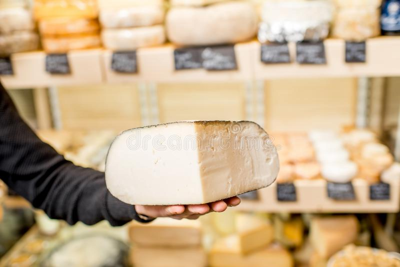 Rymma en ost på shoppa royaltyfri foto
