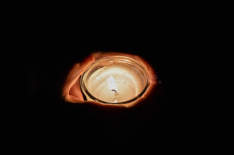 Rymma en stearinljus i mörkret royaltyfria bilder
