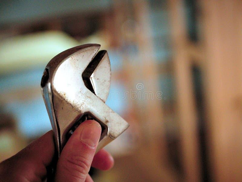 Rymma en växande skiftnyckel i min hand i seminarium royaltyfri fotografi