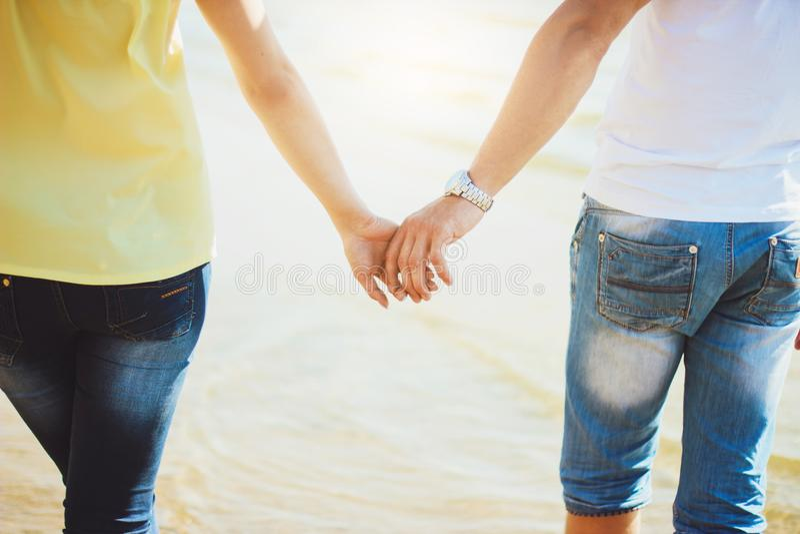 rymma för parhänder Förälskad sommar royaltyfria foton