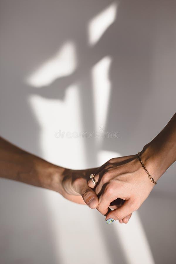 Rymma handskugga på väggen fotografering för bildbyråer