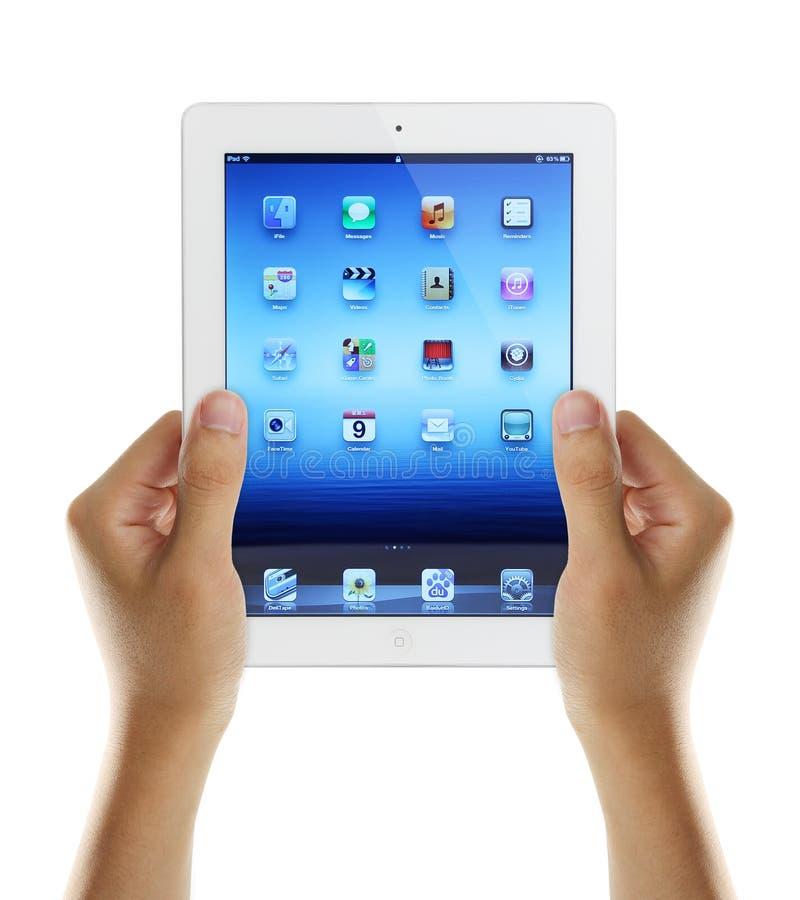 Rymma iPad3 i händer royaltyfria foton