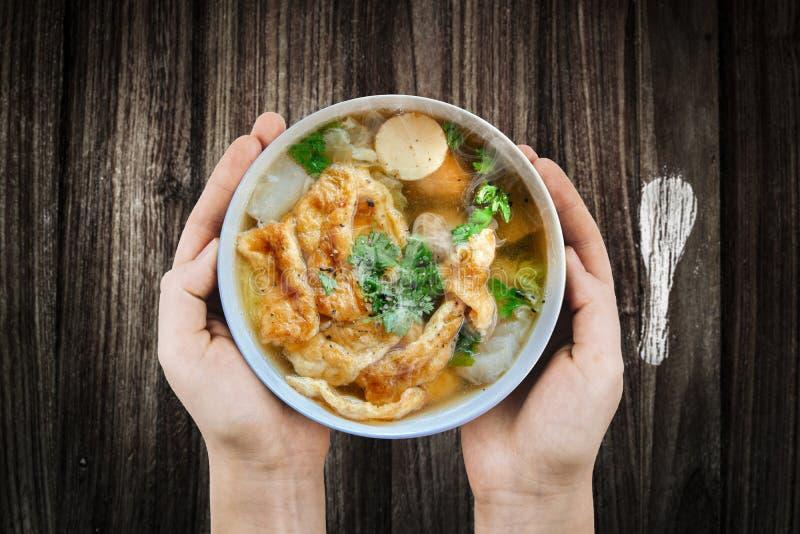 Rymma varm omelettsoppa med finhackat griskött, thailändsk stilmat, selektiv fokus och med ett mycket grunt djup av fältet, kopie royaltyfri fotografi