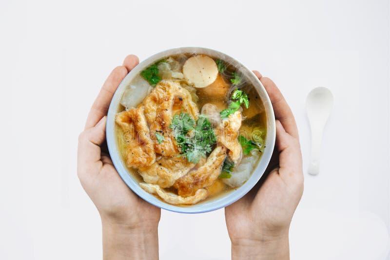 Rymma varm omelettsoppa med finhackat griskött, thailändsk stilmat, selektiv fokus och med ett mycket grunt djup av fältet, kopie royaltyfri bild
