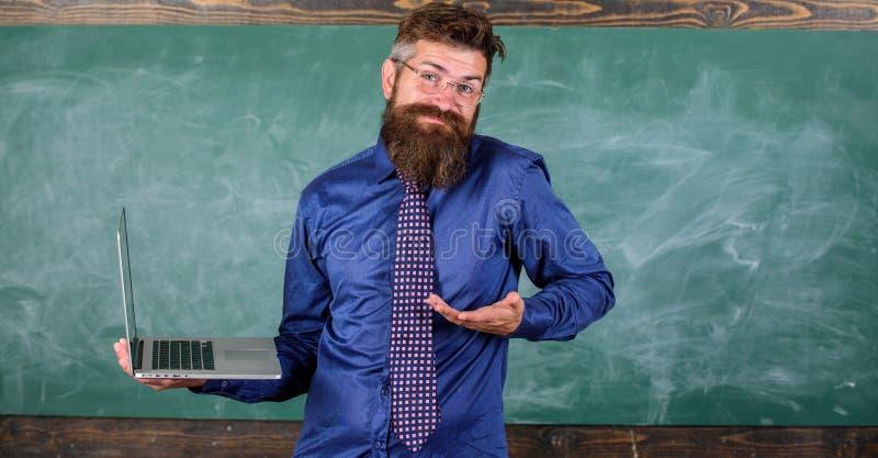 Rymmer det förvirrade uttryckt för Hipsterläraren bärbara datorn Undervisande frågor genom att använda moderna teknologier Skäggi royaltyfria foton