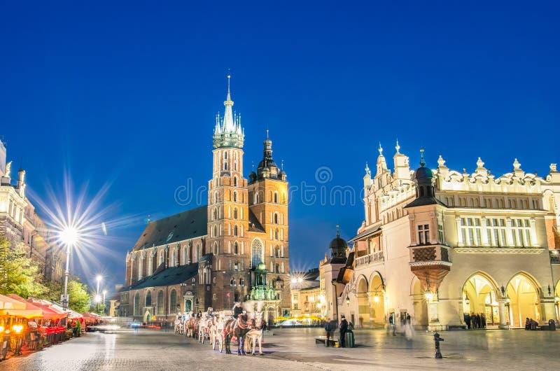 Rynek Glowny - den huvudsakliga fyrkanten av Krakow i Polen arkivbilder