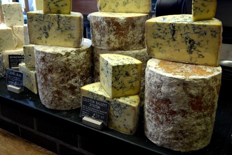Rynek: handmade wyśmienici błękitni sery zdjęcie stock