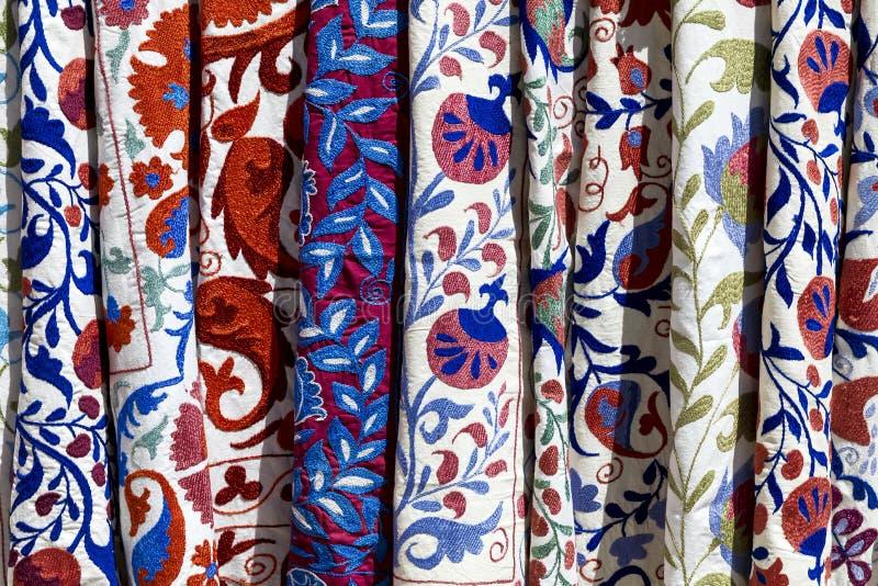 Rynek opóźnia z dekoracyjną plemienną tkaniną z colourful patt fotografia royalty free