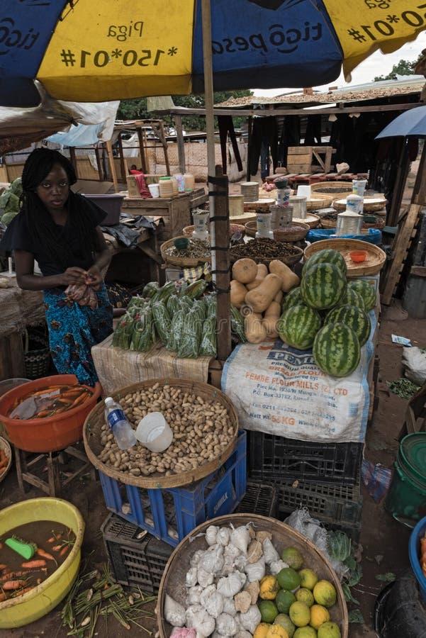 Rynek sprzedawczyni w Livingstone i kramy, zambiowie zdjęcie stock