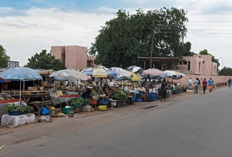 Rynków kramy i sprzedawcy w Livingstone, zambiowie zdjęcia stock
