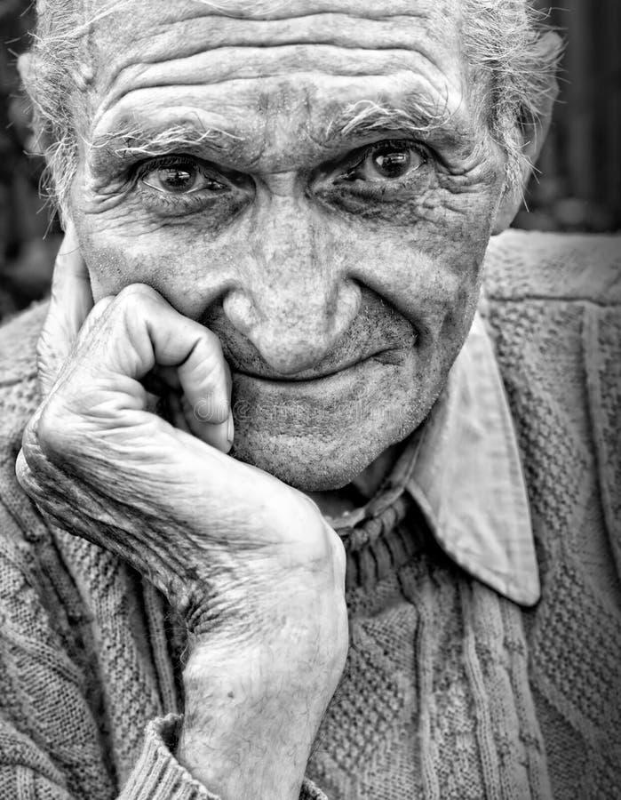 rynkad gammal pensionär för framsidaman arkivfoto