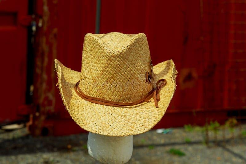 Rynku otwartego kram z lato kapeluszami dla mężczyzna na sprzedaży fotografia stock