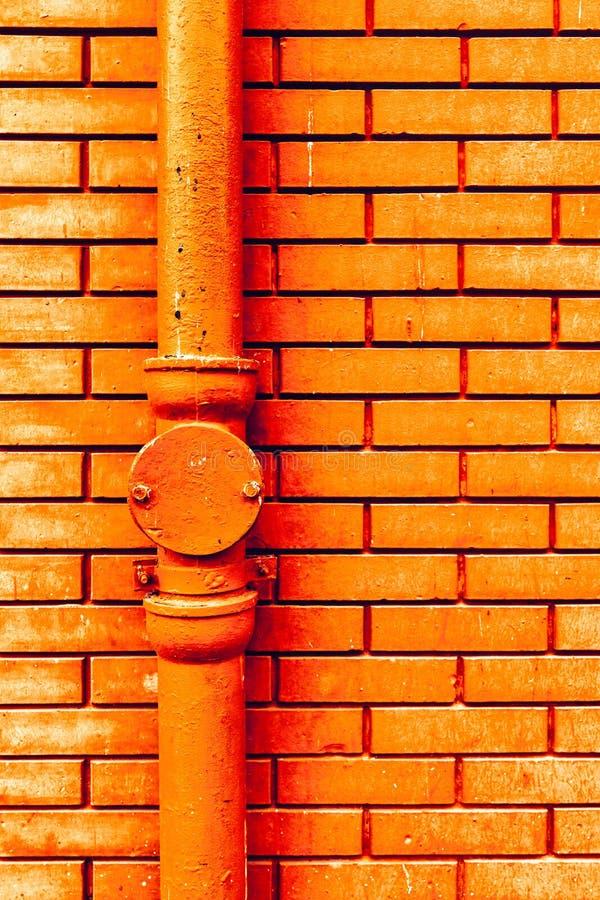 Rynnowy downpipe i ściana z cegieł fotografia royalty free