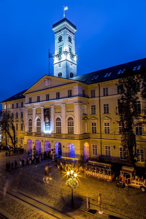 Rynokvierkant in Lviv bij nacht stock foto's