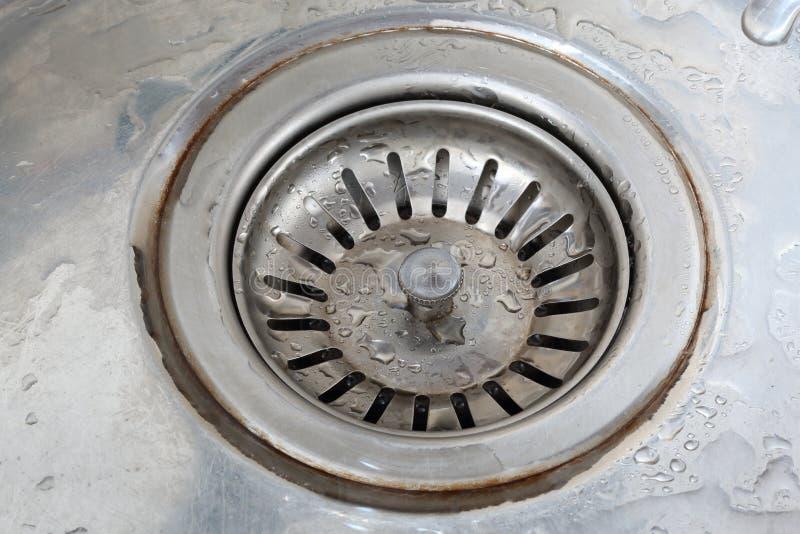 Rynsztokowa dziura z czopuje wewnątrz metalu zlew obrazy stock