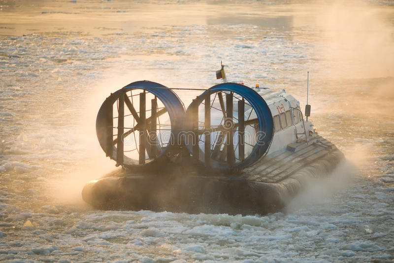 Rysk ACV-svävfarkost i handling på en Frosen flod Luftkudde arkivbild