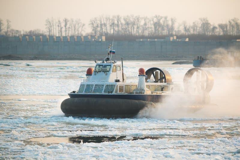 Rysk ACV-svävfarkost i handling på en Frosen flod Luftkudde royaltyfri foto