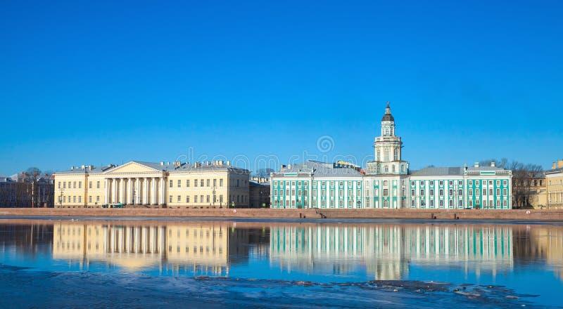 Rysk akademi av vetenskaper och Kunstkamera royaltyfri bild