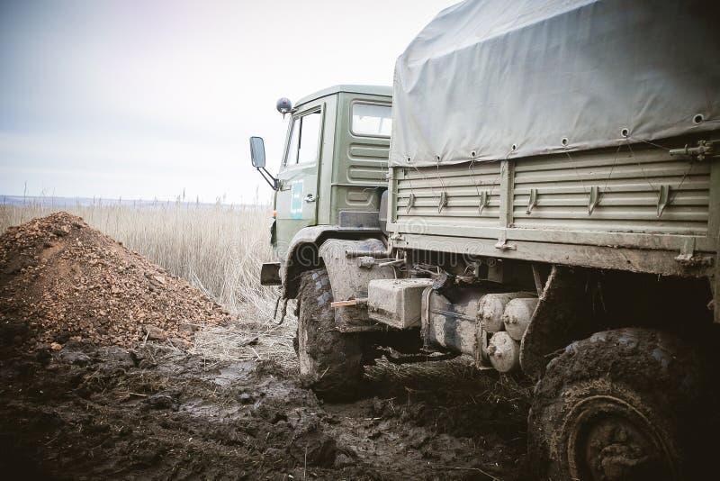 Rysk av-väg lastbil Lastbilen rullar in gyttjan royaltyfri bild