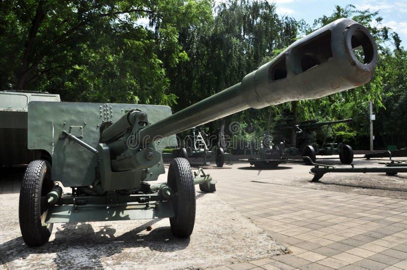 Rysk behållare och haubits gammala vapen royaltyfri foto