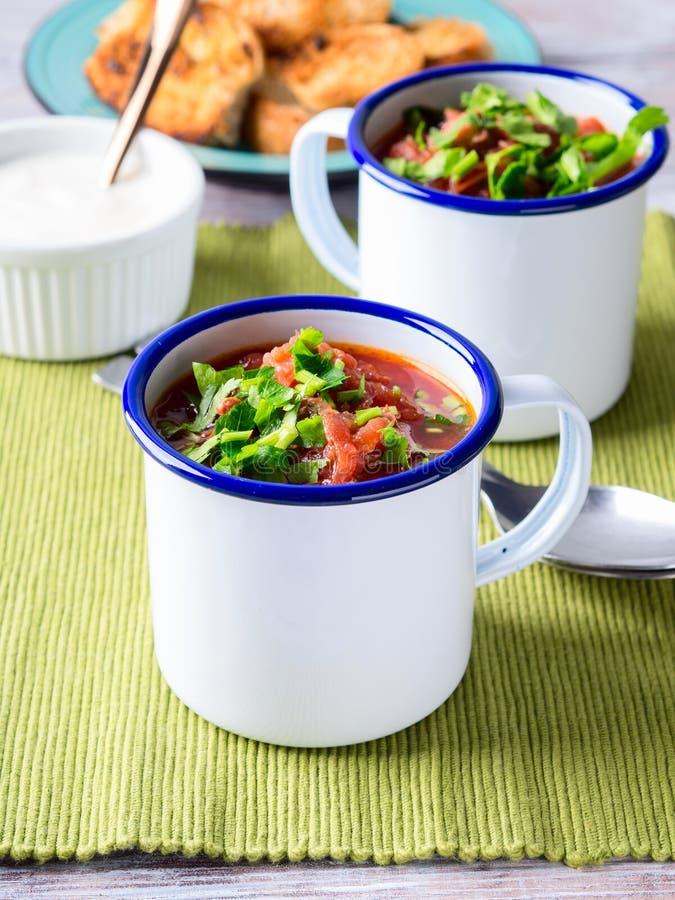 Rysk borscht för rödbetasoppa i emalj rånar royaltyfri foto