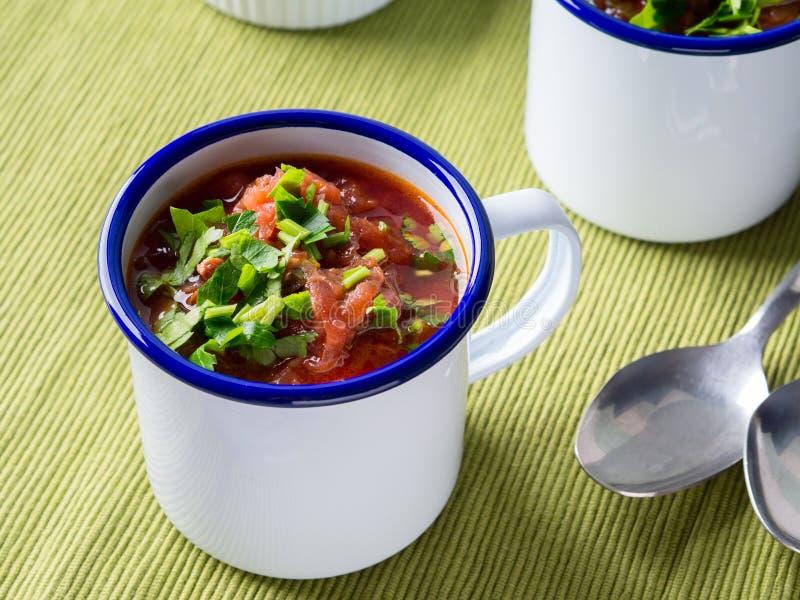 Rysk borscht för rödbetasoppa i emalj rånar royaltyfria bilder