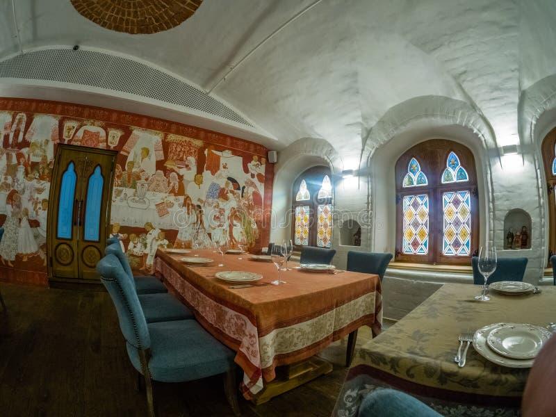 Rysk etnisk anstrykningkorridor i restaurangen Aragvi i Moskva, Ryssland royaltyfri bild