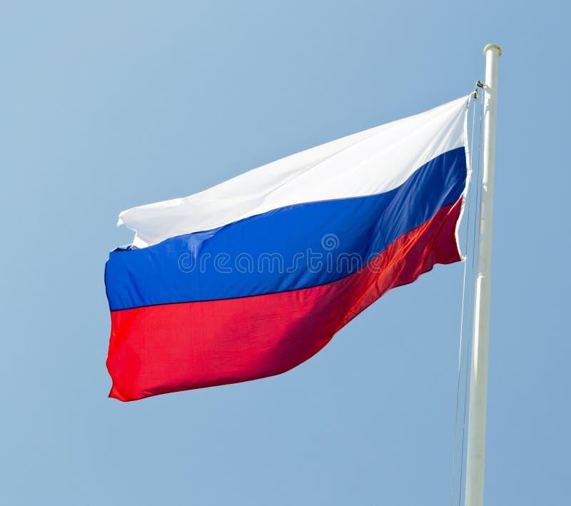 Rysk flagga som vinkar i vinden med blå himmel som bakgrund arkivfoto
