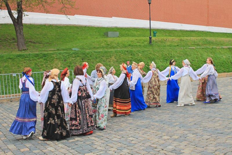 Rysk folkdans i nationella dräkter på röd fyrkant i Moskva royaltyfria foton