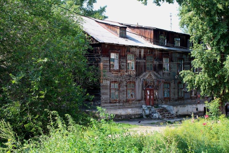 Rysk gammal träby på bankerna royaltyfri bild