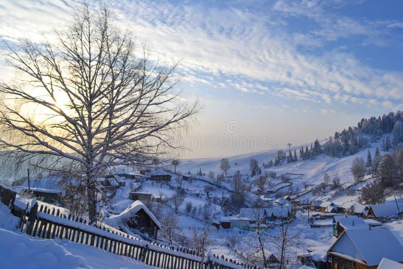 Rysk by i vinterskogen i de Ural bergen, Ryssland, Chelyabinsk region, Minyar Tal fe för Pushkin ` s royaltyfri fotografi