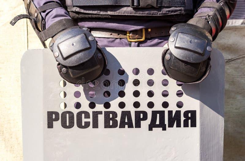 Rysk kravallpolis använda sköldar royaltyfria bilder