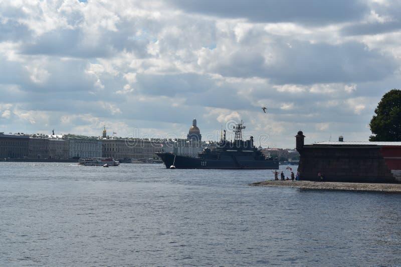 Rysk krigsskepp som förbereder sig för ståta arkivbild