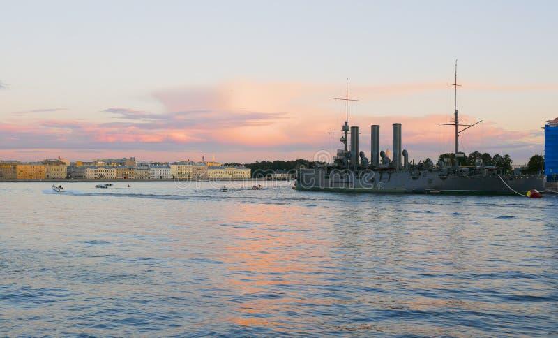 Rysk kryssaremorgonrodnad okhtinsky petersburg russia för bro saint royaltyfri bild