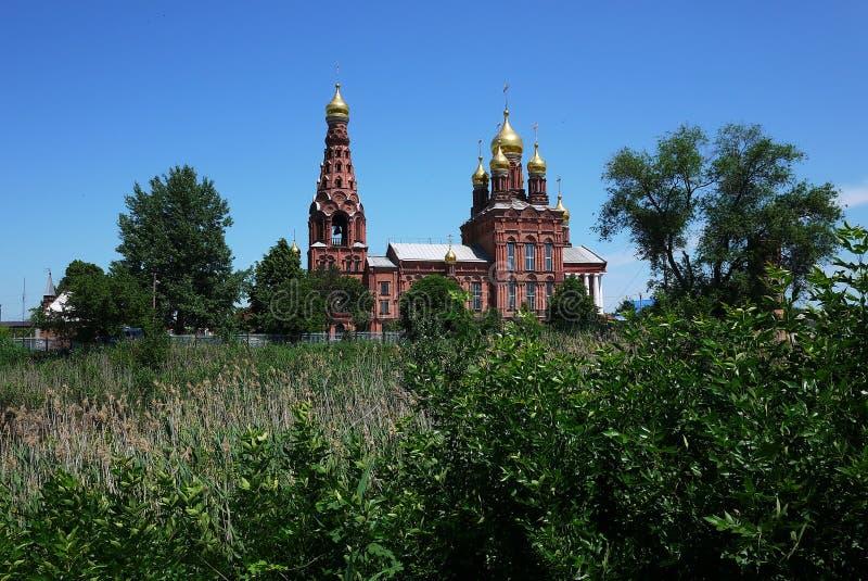 Rysk kyrka i sommarlandskapet royaltyfri foto