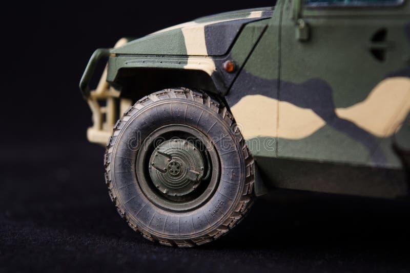 Rysk militär bepansrad kamouflagejeeptiger f?r closeupeyedroppers h?g f?r uppl?sning sikt mycket Plast- skalamodell på mörk bakgr royaltyfri foto
