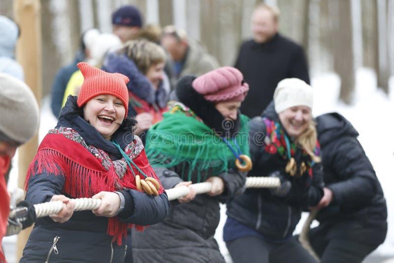 Rysk nationell ferie Maslenitsa Dra åt repet royaltyfria bilder