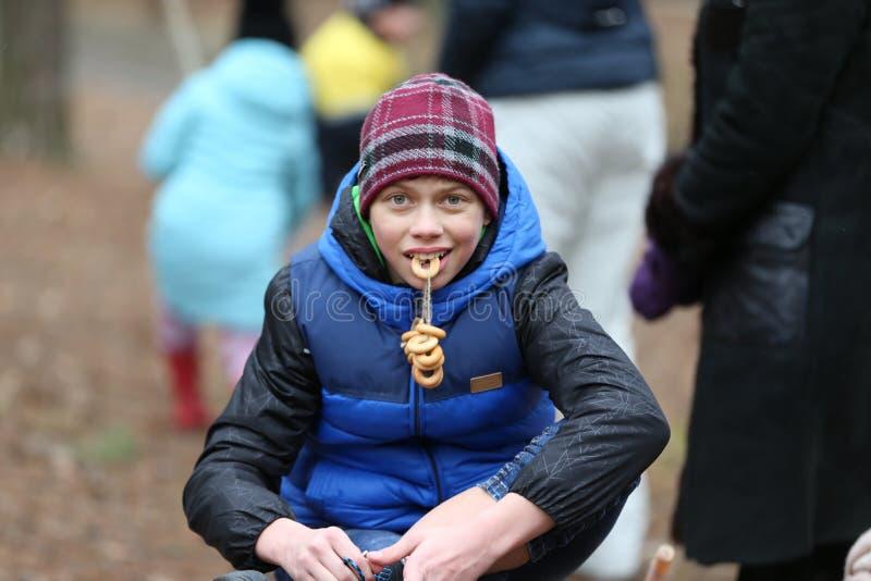 Rysk nationell ferie Masljanitsa Pojke med baglar royaltyfri bild