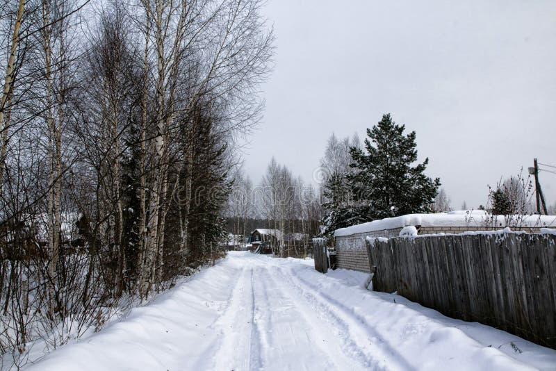 Rysk by och trähus i det i en vinter royaltyfri fotografi