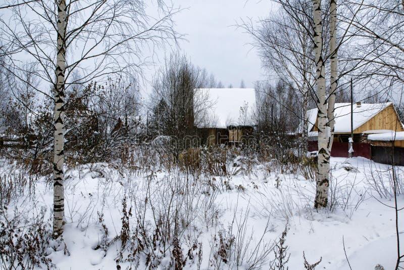 Rysk by och trähus i det i en vinter fotografering för bildbyråer