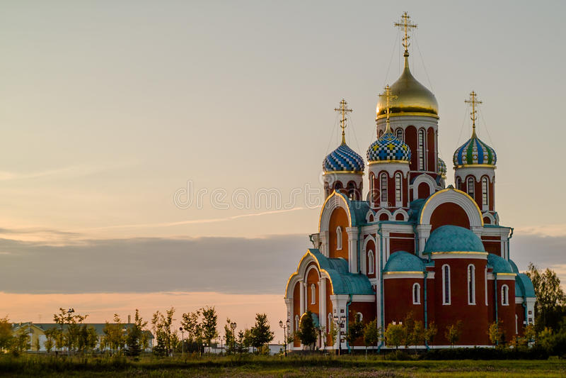 Rysk ortodox kyrka i heder av St George i den Kaluga regionen (Ryssland) fotografering för bildbyråer