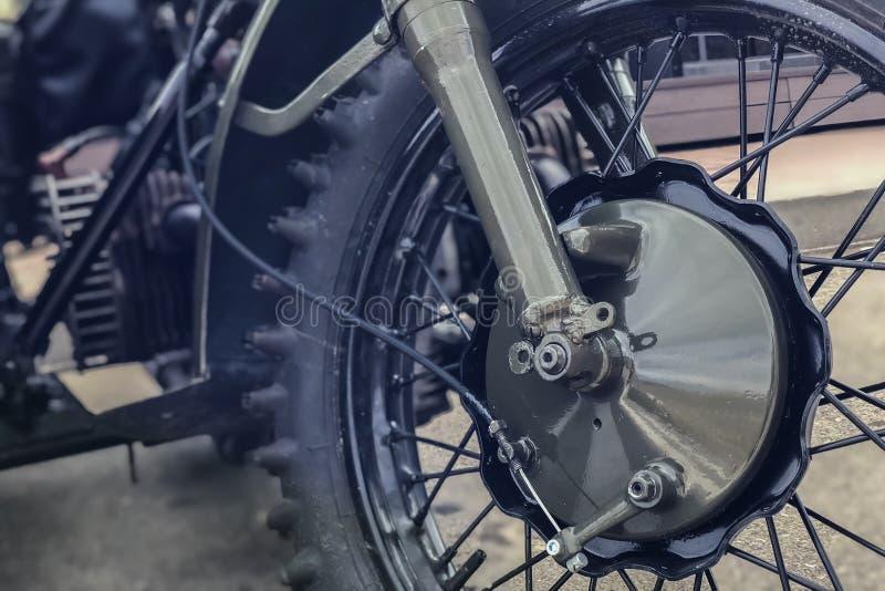 Rysk retro motorcykel URAL, närbildfärghaki för hjul royaltyfria foton