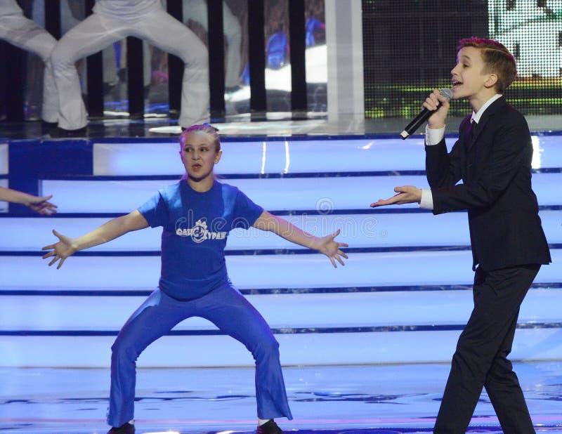 Rysk sångare, skådespelare av teatern och bio, representanten av Ryssland på Junior Eurovision Mikhail Smirnov 2015 på ceremonen royaltyfri bild